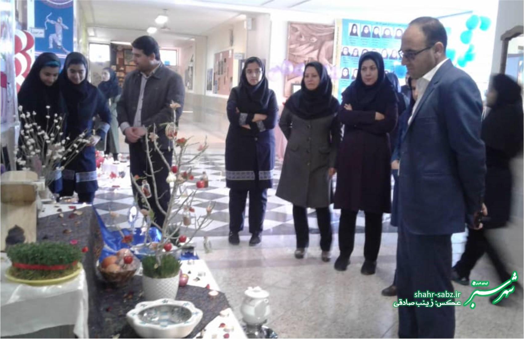 بازار هنری دانش آموزان هنرستان فاطمه زهرا کازرون به مناسبت عید نوروز/ عکس: زینب صادقی